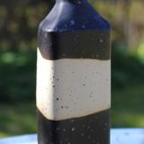 Sort flaske med bart midterstykke, højde 27 cm