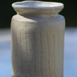 Vase med lodrette striber, højde 8 cm